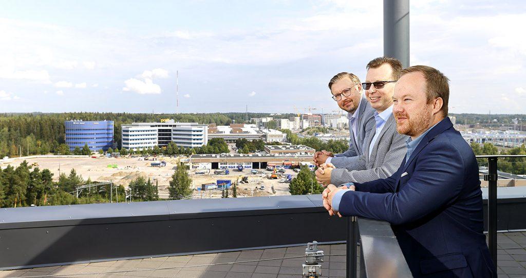 Jyri Renkola, Juha Mäkirinta ja Niklas Lind Swecon Helsingin Ilmalan pääkonttorilla. Kuva Mikko Käkelä.
