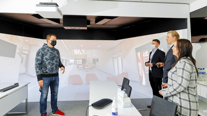Swecon Sähkötoimiala-yksikön kehityksestä vastaava suunnittelujohtaja Jouni Palmu esittelee Swecon virtuaalista Cave-tilaa. Kuva Mikko Käkelä.