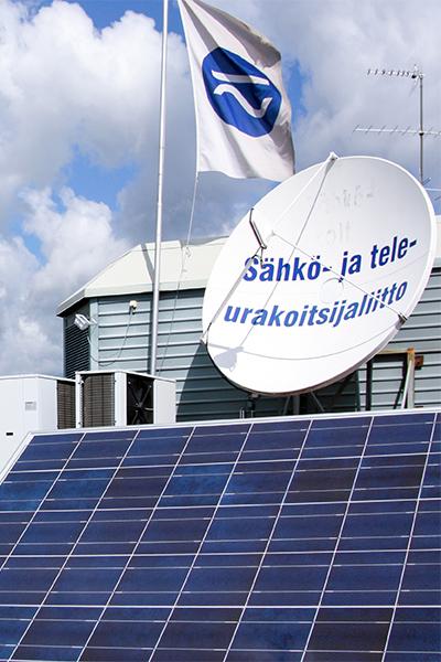 Sähkötalon aurinkopaneelit.